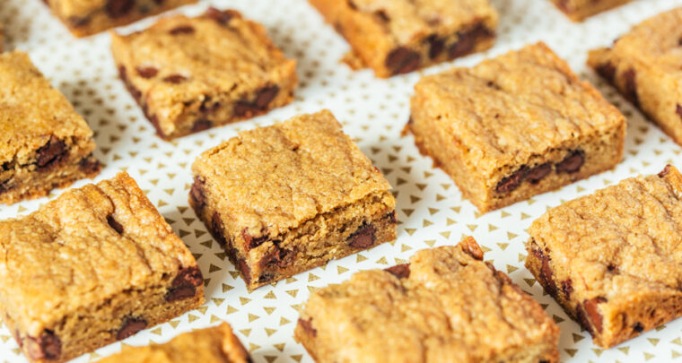 This Raspberry Chocolate Chip Blonde Bars Recipe Is Totally Delish